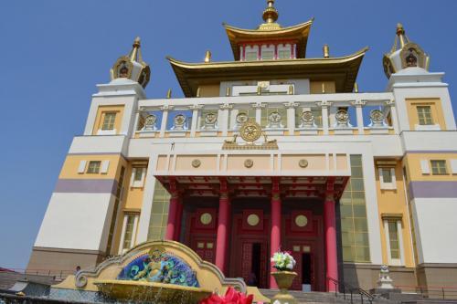 Самая большая статуя будды в европе. Внутри храма